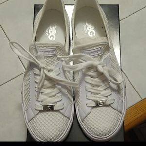 Size 8 NWT AND BOX WHITE LACE UP GUESS SNEAKERS
